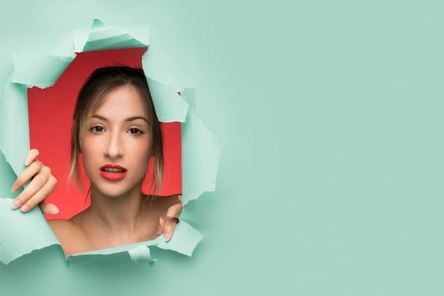 Hübsches frauenporträt mit kopienraum