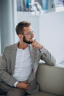 Hübsches geschäftsmannporträt in einem büro