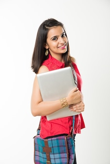 Hübsches indisches asiatisches college-mädchen mit laptop-computer mit tasche, isoliert auf weißem hintergrund