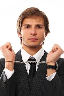 Hübsches junges geschäftsmannporträt mit handschellen