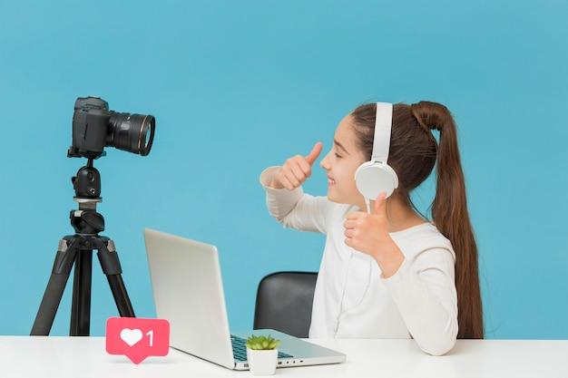 Hübsches junges mädchen, das glücklich ist, video aufzunehmen