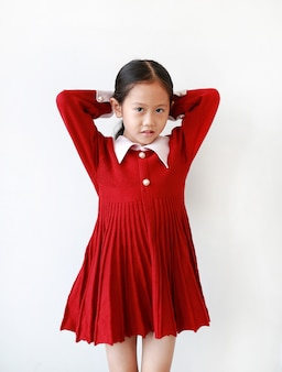 Hübsches kleines asiatisches mädchen in einem roten kleid