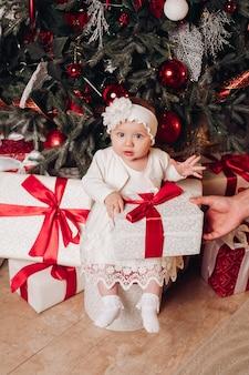 Hübsches kleines mädchen, blick in die kamera. weihnachtskonzept.