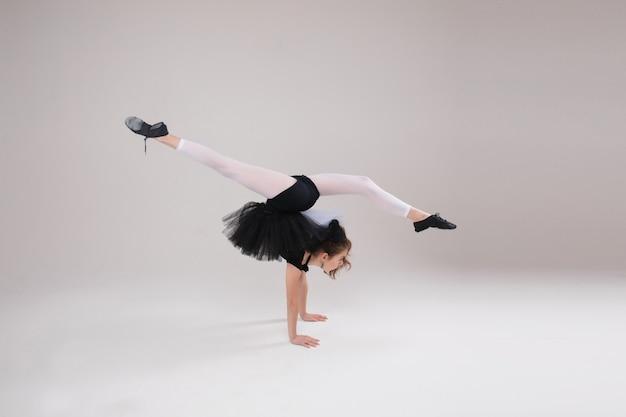 Hübsches kleines mädchen, das gymnastik macht