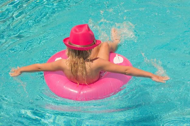 Hübsches kleines mädchen im schwimmbad, sommerferien.