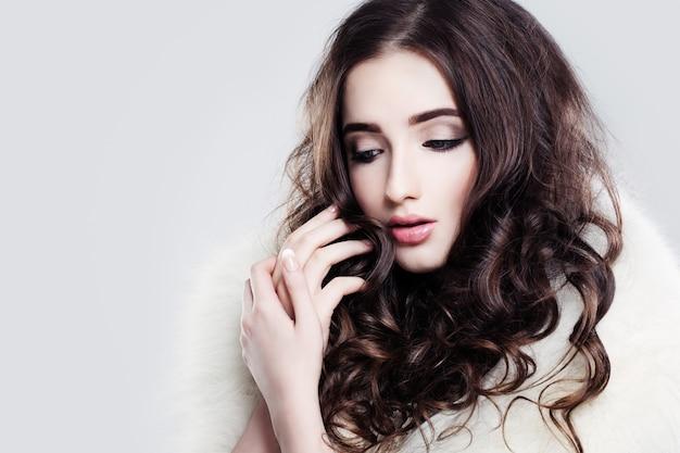 Hübsches lady make-up und lockiges haar