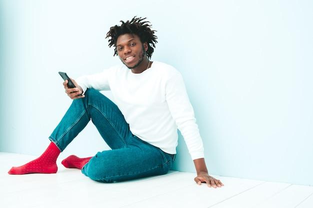 Hübsches lächelndes hipster-modell. unrasierter afrikanischer mann, der in sommerkleidung gekleidet ist