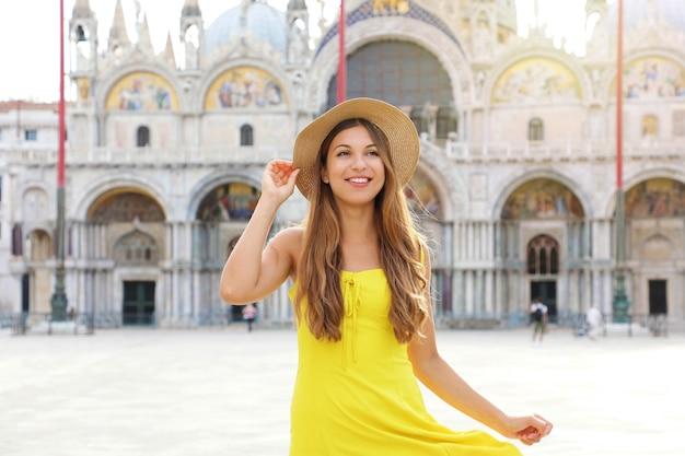 Hübsches mädchen, das allein in venedig, italien, spazieren geht