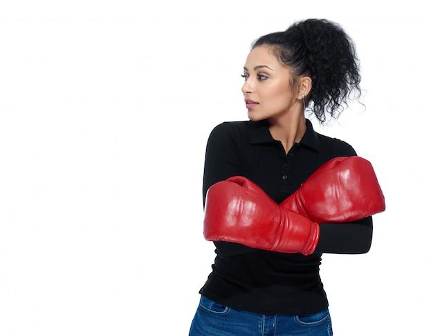 Hübsches mädchen, das boxhandschuhe trägt