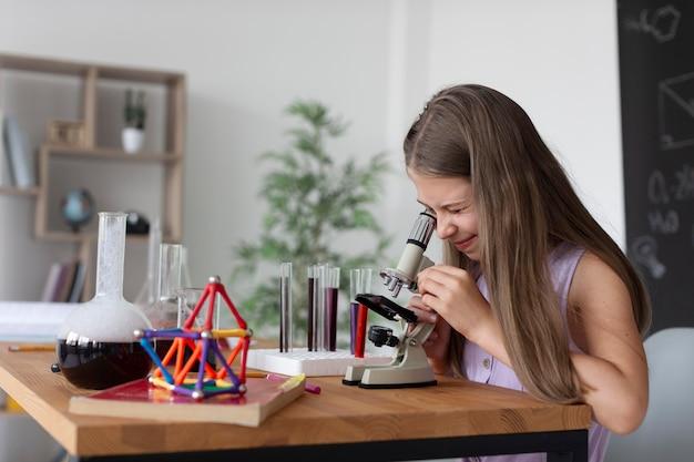 Hübsches mädchen, das im unterricht mehr über chemie lernt