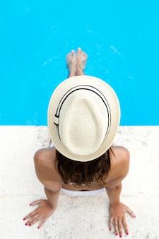 Hübsches mädchen entspannt am schwimmbad im sommer