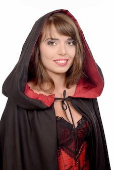 Hübsches mädchen gekleidet in einem schwarzen umhang für halloween