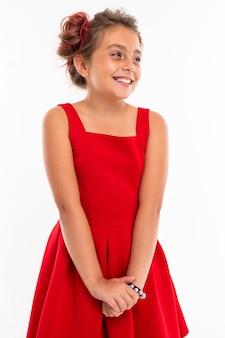 Hübsches mädchen im roten kleid