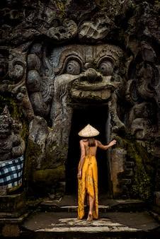Hübsches mädchen in goa gajah, bali