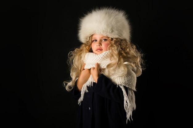 Hübsches mädchen in winterkleidung