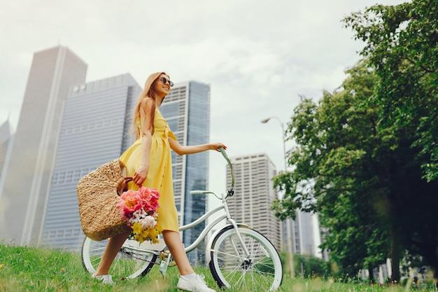 Hübsches mädchen mit fahrrad