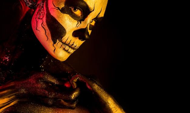 Hübsches mädchen mit skelett make-up