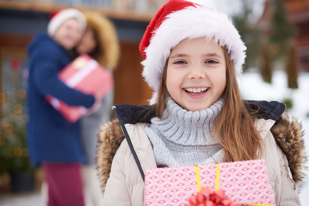 Hübsches mädchen mit weihnachtsgeschenk