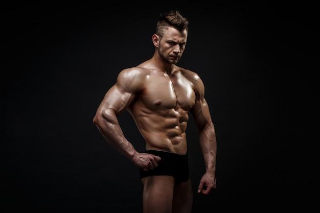 Hübsches männliches modell, das am studio aufwirft.