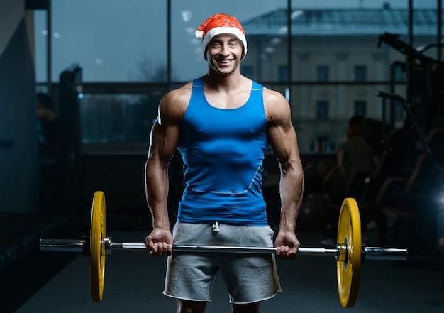 Hübsches modell junger mann workout im fitnessstudio