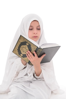 Hübsches muslimisches mädchen, das heiliges buch des korans studiert