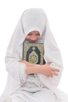 Hübsches muslimisches mädchen liebt heiliges buch des korans