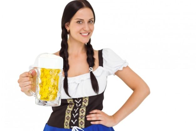 Hübsches oktoberfest-mädchen, das bierkrug hält