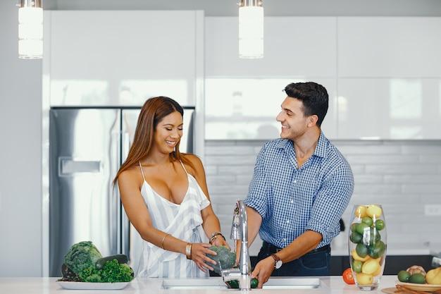 Hübsches paar in einer küche