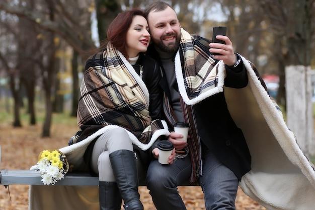 Hübsches paar verliebt sich mit blume im herbstpark