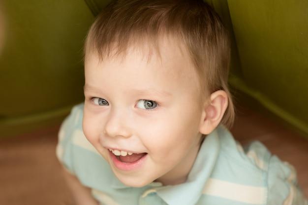 Hübsches, schönes kaukasisches lächelndes kind, mode- und kleidungskonzept