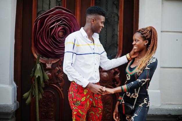 Hübsches stilvolles afroamerikanisches paar stellte auf der straße zusammen in der liebe auf.
