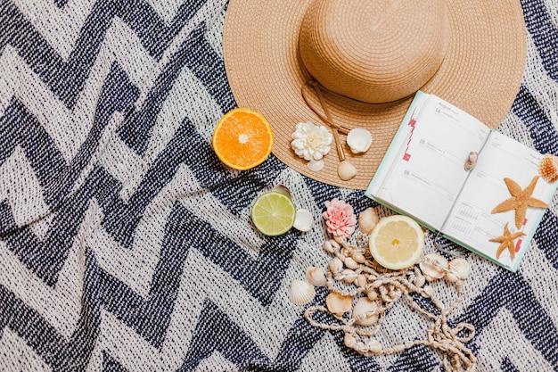Hübsches strandtuch mit dekorativen sommerlichen elementen