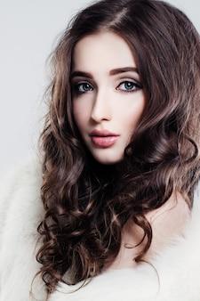 Hübsches weibliches gesicht. locken und make-up