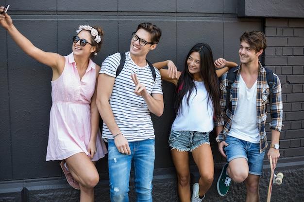 Hüftenfreunde, die selfie in der stadt sich lehnt an der wand nehmen
