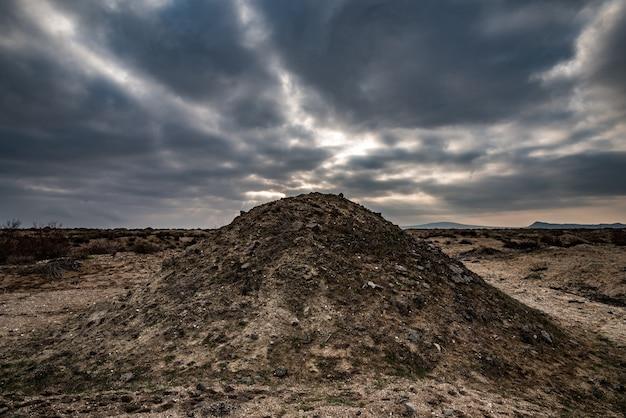 Hügel aus sand und schlamm, schlammvulkane