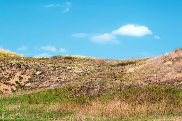 Hügel und blauer himmel