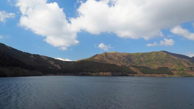Hügel und see und klarer blauer himmel und weiße wolken an fünf seen nahe kawaguchiko tokyo japan in der wintersaison.
