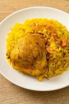 Hühnchen biryani oder curryreis und hühnchen - thai-muslimische version von indischem biryani mit duftendem gelbem reis und hühnchen - muslimische küche