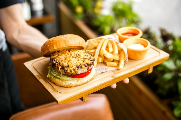 Hühnchen burger brötchen salat tomaten meaf käse pommes frites mayonnaise ketchup seitenansicht