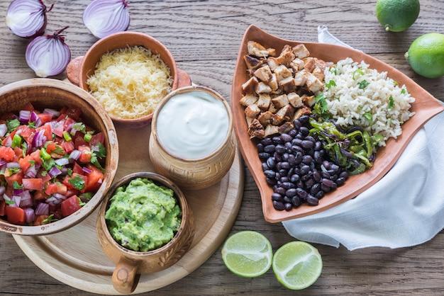 Hühnchen-burrito-schüssel mit den zutaten