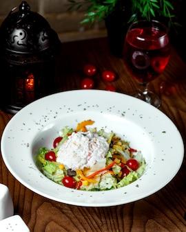 Hühnchen-caesar-salat mit weißer sauce