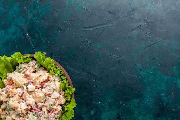 Hühnchen-gemüsesalat aus der nähe von oben mit mayonaonaise und grünem salat auf dunklem wandsalatmahlzeit-gemüselebensmittel-farbfoto