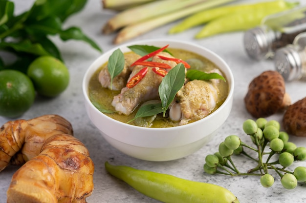 Hühnchen grünes curry in einer schüssel.