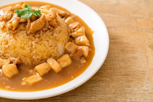 Hühnchen in brauner soße oder soße mit reis - asiatische küche