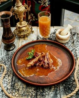 Hühnchen in sauce zubereitet und mit saft serviert