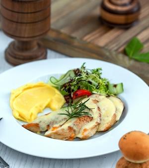 Hühnchen in soße mit kartoffelpüree