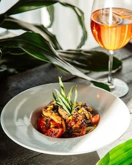 Hühnchen in teriyaki-sauce und mit sesam überzogen, serviert mit salat