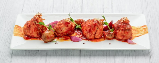 Hühnchen in tomatensauce gebacken, mit gemüse