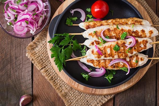 Hühnchen-kebab mit gegrilltem gemüse