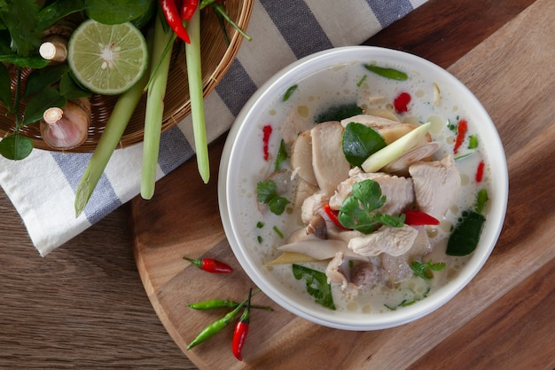 Hühnchen-kokosnusssuppe (tom kha kai) thailändisches essen